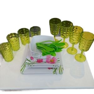 NWOT Reusable, 24-Piece Plastic Dinnerware for 4